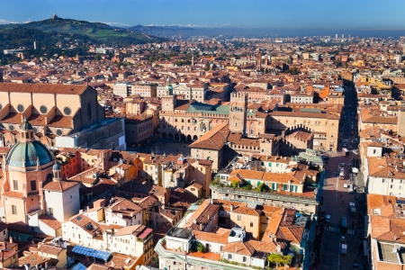 Sopra la vista su Piazza Maggiore, da Torre degli Asinelli a Bologna, Italia Archivio Fotografico - 17435012