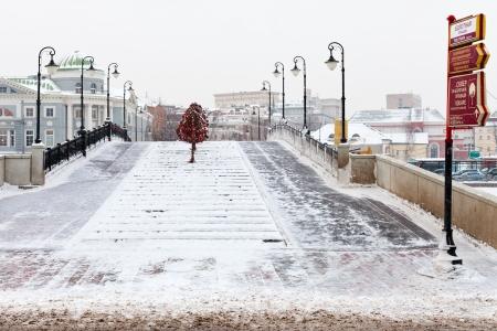 honeymooners: Mosc�, Rusia - 18 de enero: vista Luzhkov puente de la plaza Bolotnaya en invierno. El puente fue inaugurado a mediados de 1994 en Mosc�, Rusia el 18 de enero 2013