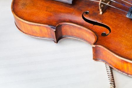 violines: combate viol�n con f-agujero en el libro de m�sica de cerca