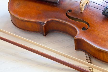 bout: combate el viol�n y el arco en el libro de m�sica de cerca Foto de archivo