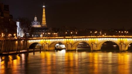seine: bekijken van de Franse Academie via Pont Neuf in Parijs Stockfoto