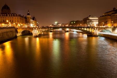 Seine met pont Notre Dame en pont au verandering in Parijs bij nacht Stockfoto