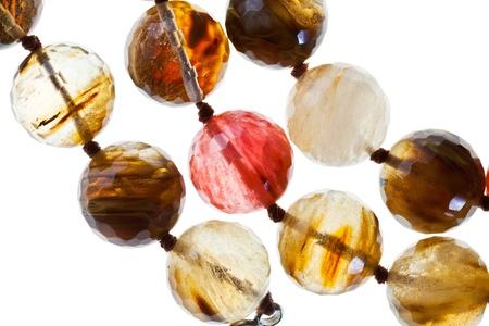 chalcedony: stringhe di calcedonio collana di pietra isolato su sfondo bianco