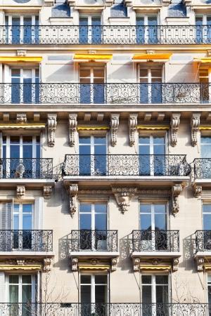 パリ、フランスのバルコニーと典型的な家の facacade 報道画像