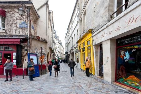 パリ, フランス - 3 月 6 日: マレ地区ユダヤ人街。Rue des Rosiers パリ パリ、フランスのユダヤ人のコミュニティの主要な中心は 2013 年 3 月 6 日です。