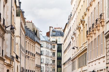 Paris gebouwen in bewolkte lentedag