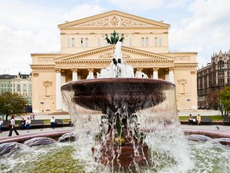 モスクワ, ロシア連邦 - 5 月 25 日: 噴水は、2013 年 5 月 25 日にモスクワのボリショイ劇場のファサード。劇場の噴水は、正方形の総再建後 1996 年に建
