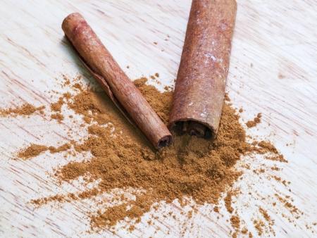 cinnamomum: Cinnamon powder spice and bark sticks close up