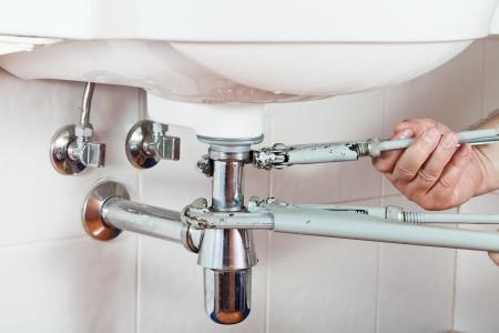 Klempner Reparatur Waschbeckenabfluss von Rohrschlüssel Standard-Bild - 20632323