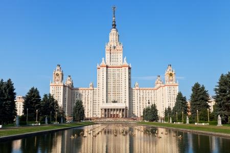 Moscú, Rusia - 30 de junio 2013: panorama de Lomonosov Moscow State University y la fuente en el estanque día de verano