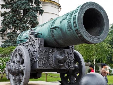 bombard: MOSCA, RUSSIA - 12 luglio: grande Tsar Cannon nel Cremlino di Mosca, Russia il 12 luglio 2013. Il cannone � stato lanciato dal bronzo caster Andrey Chokhov nel 1586. Editoriali