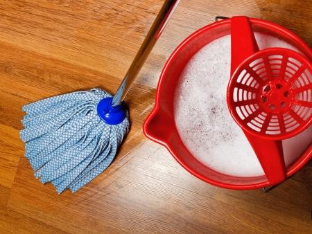 zwabber: bovenaanzicht van dweil en emmer met water voor het reinigen van vloeren Stockfoto