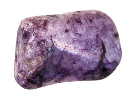 cabochon: pietra minerale ametista isolato su sfondo bianco