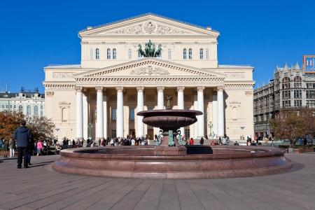 モスクワ, ロシア連邦 - 10 月 13 日: 噴水は、2013 年 10 月 13 日にロシアのモスクワでボリショイ劇場のファサード。劇場の噴水は、正方形の総再建後 1