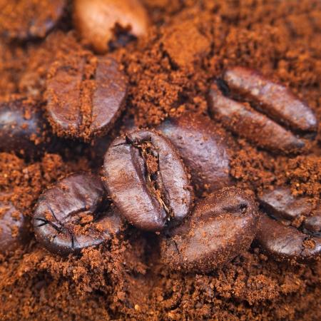 cafe colombiano: granos de café tostado en café molido de cerca