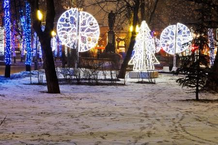 Mosc�, Rusia - 03 de enero 2014: boulevard Mosc� Claro Estanques con iluminaci�n nocturna de Navidad. M�s de 4.000 �rboles en el centro urbano estaban decoradas con guirnaldas