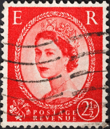wilding: UNITED KINGDOM - CIRCA 1952: A postage stamp printed in the United Kingdom shows Queen Elizabeth by Dorothy Wilding on red, circa 1952