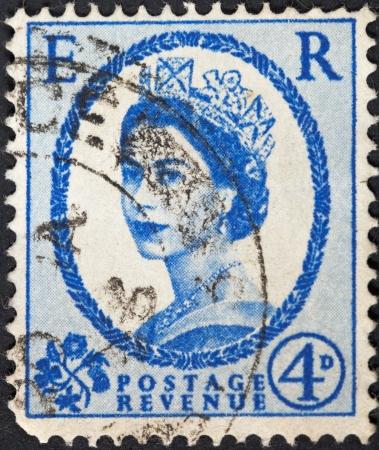 wilding: UNITED KINGDOM - CIRCA 1952: A postage stamp printed in the United Kingdom shows Queen Elizabeth by Dorothy Wilding on ultramarine, circa 1952