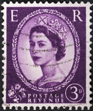 wilding: UNITED KINGDOM - CIRCA 1952: A postage stamp printed in the United Kingdom shows Queen Elizabeth by Dorothy Wilding on deep lilac, circa 1952 Editorial