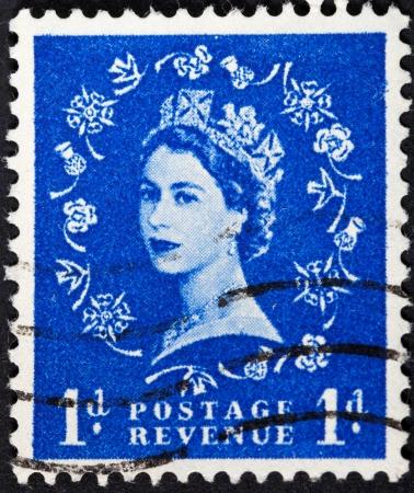 wilding: UNITED KINGDOM - CIRCA 1953: A postage stamp printed in the United Kingdom shows Queen Elizabeth by Dorothy Wilding on blue, circa 1953 Editorial