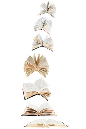libros abiertos: pila de libros vuelo aislados en el fondo blanco