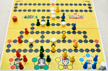 spiel: MOSCOW, RUSSIA - FEBRUARY 3, 2014: playing in Malefiz - family board game. It was designed by Werner Schoppner and published by Ravensburger since 1959 Editorial