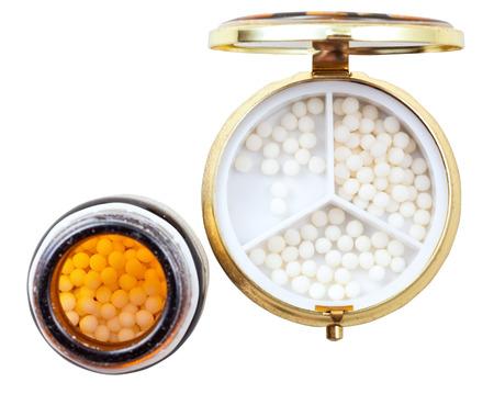 pilule: caja de la p�ldora compacto y az�car homeopat�a bolas en el tarro de caf� de cristal aislado en fondo blanco