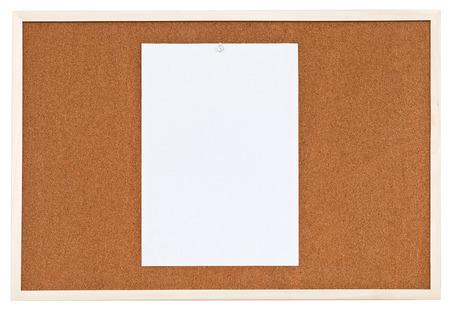 one sheet: un foglio di carta sulla bacheca di sughero isolato su sfondo bianco
