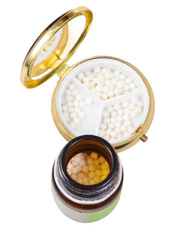 pilule: marr�n tarro de cristal y espejo caja de la p�ldora con las bolas de az�car en la homeopat�a en el aislado en el fondo blanco