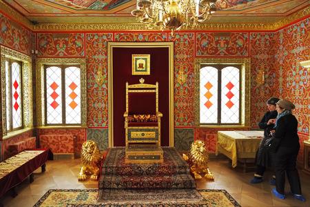 trono: Moscú, Rusia - 01 de marzo 2014: Los turistas miran trono tsar en la habitación del Gran Palacio de madera del zar Aleksey Mijáilovich Romanov en Kolomenskoe. El palacio fue reconstruido en 2010.
