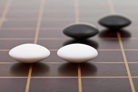 木の板に行くゲーム中にいくつかの石の位置をクローズ アップ