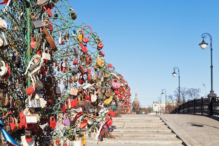 honeymooner: �rbol de amor con candados en el puente de Luzhkov reci�n casado en la primavera, Mosc� Editorial
