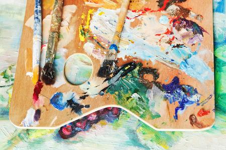 pallette: bois utilis� palette artistique avec peintures � l'huile et pinceaux sur la toile de l'image