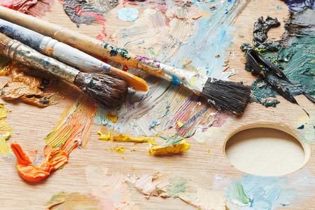 pallette: vieux pinceaux sur les huiles usag�es en bois de Pallette artistique