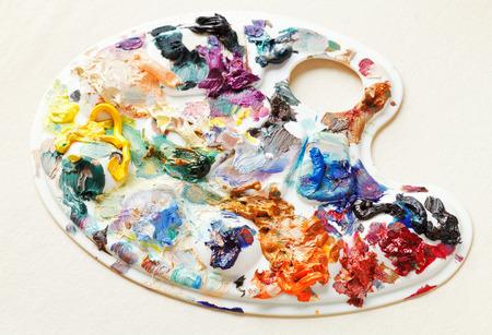 pallette: palette artistique utilis� avec des peintures � l'huile sur toile de papier blanc Banque d'images