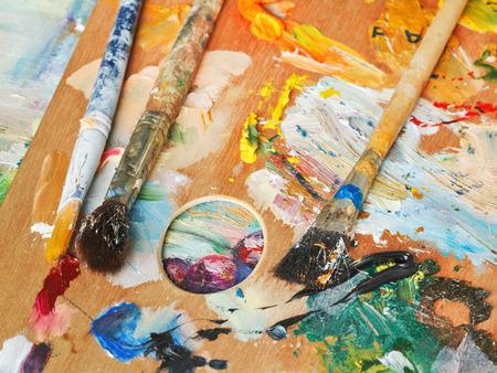 pallette: pinceaux sur bois palette artistique sur toile de l'image