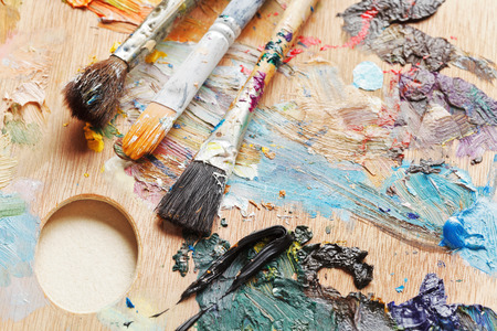 pallette: trois pinceaux utilis�s sur palette artistique bois Banque d'images