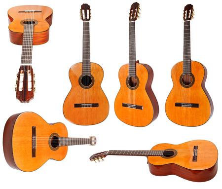 白い背景に分離された古典的なアコースティック ギターのセット