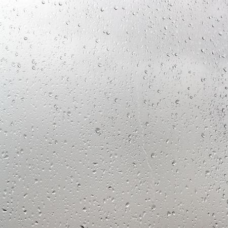雨から背景曇りの日のウィンドウ ペインにドロップします。 写真素材