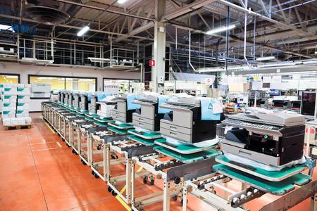 lopende band: assemblagelijn van kantoor apparaten op de fabriek