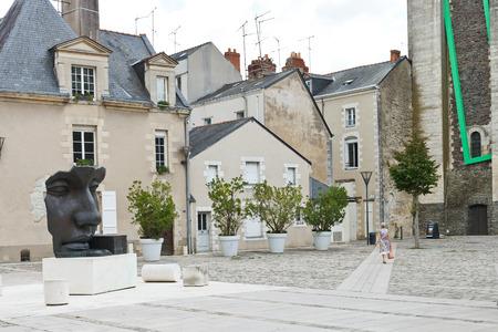 anjou: Angers, Francia - 28 de julio 2014: Rue de la calle du Musee en Angers, Francia. Angers es la ciudad en el oeste de Francia y es la capital hist�rica de la provincia de Anjou Editorial
