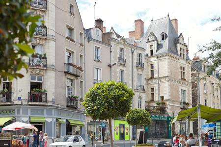 anjou: ANGERS, FRANCIA - 28 de julio 2014: la gente en la calle Rue St Aubin de Angers, Francia. Angers es la ciudad en el oeste de Francia y es la capital hist�rica de la provincia de Anjou