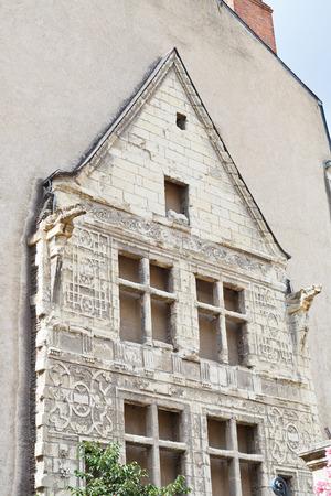 anjou: ANGERS, FRANCIA - 28 de julio 2014: toda la fachada hist�rica de la casa moderna en la calle Rue de L'Espine en Angers, Francia. Angers es la ciudad en el oeste de Francia y es la capital hist�rica de la provincia de Anjou Editorial