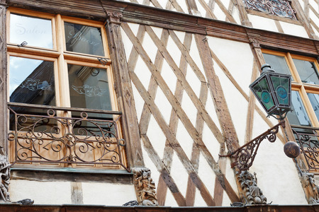 anjou: ANGERS, FRANCIA - 28 de julio 2014: decoraci�n de la casa con entramado de madera en la calle Rue Saint-Laud en Angers, Francia. Angers es la ciudad en el oeste de Francia y es la capital hist�rica de la provincia de Anjou
