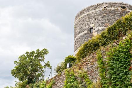 anjou: ANGERS, FRANCIA - 28 de julio 2014: paredes de pi��n en Angers Castillo, Francia. Chateau d'Angers fue fundada en el siglo noveno por condes de Anjou, fue ampliado a su tama�o actual en el siglo 13