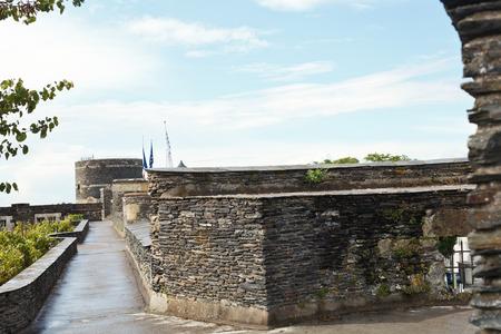 anjou: ANGERS, FRANCIA - 28 de julio 2014: en la parte superior de los muros del castillo de Angers Castillo, Francia. Chateau d'Angers fue fundada en el siglo noveno por condes de Anjou, fue ampliado a su tama�o actual en el siglo 13