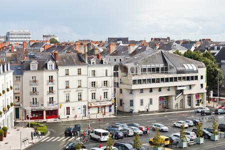 anjou: ANGERS, FRANCIA - 28 de julio 2014: Vista de la plaza Place du Pr�sident Kennedy en Angers, Francia. Angers es la ciudad en el oeste de Francia y es la capital hist�rica de la provincia de Anjou Editorial