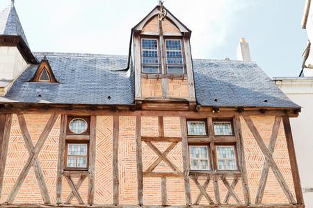 anjou: ANGERS, FRANCIA - 28 de julio 2014: Maison dite de la Tour en la Rue Saint-Aignan en Angers, Francia. Angers es la ciudad en el oeste de Francia y es la capital hist�rica de la provincia de Anjou