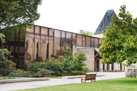 anjou: ANGERS, FRANCIA - 28 de julio 2014: biblioteca municipal en el jard�n de Museo de Bellas Artes de Angers, Francia. Angers es la ciudad en el oeste de Francia y es la capital hist�rica de la provincia de Anjou