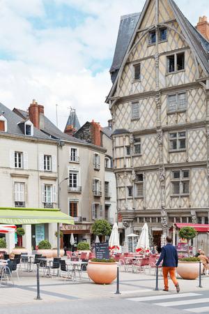 anjou: ANGERS, FRANCIA - 28 de julio 2014: la gente en la plaza Sainte-Croix en Angers, Francia. Angers es la ciudad en el oeste de Francia y es la capital hist�rica de la provincia de Anjou